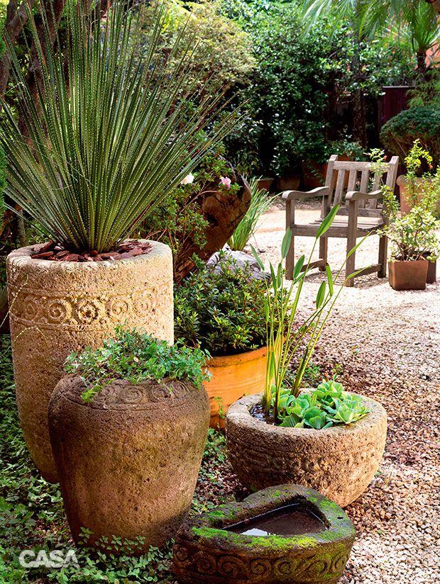 Arranjos de vasos cria atmosfera r stica nesse jardim for Vasos para bar