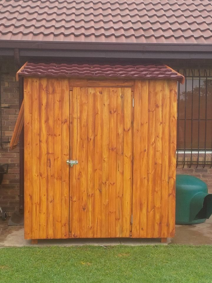 Handmade Pallet Tool Shed 720x960