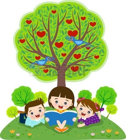 Gyermekek olvas s k nyv alatt almafa Stock fotó