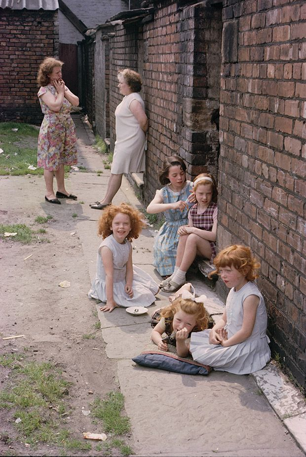'WOMEN, CHILDREN AND LOITERING MEN': A GLIMPSE AT MANCHESTER'S SLUMS IN THE 1960S http://www.featureshoot.com/2015/08/women-children-and-loitering-men-a-glimpse-at-manchesters-slums-in-the-1960s/