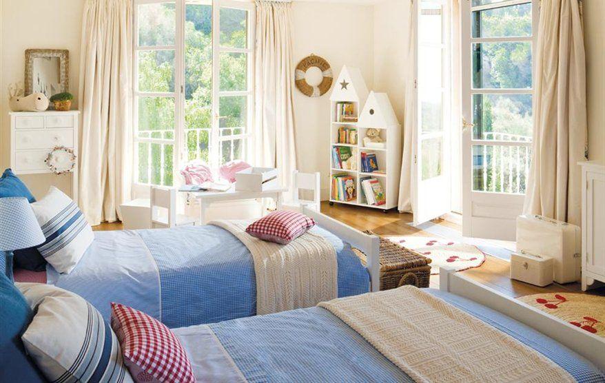 Habitación infantil con un mueble a medida con dos camas y ...