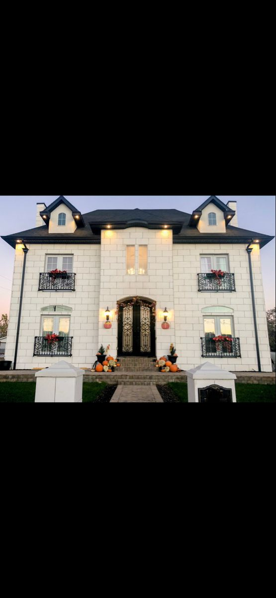 I just love decorating my french home exterior!🥰 Fall is one of my favorites! There is nothing like pumkins on the porch, and red leaves everywhere! It just feels so cozy and inviting! . . #fall #fallporchdecor #thanksgiving #thanksgivingdecor #homeexterior #frenchhomedecor #holidaydecorating #halloween #pumpkins