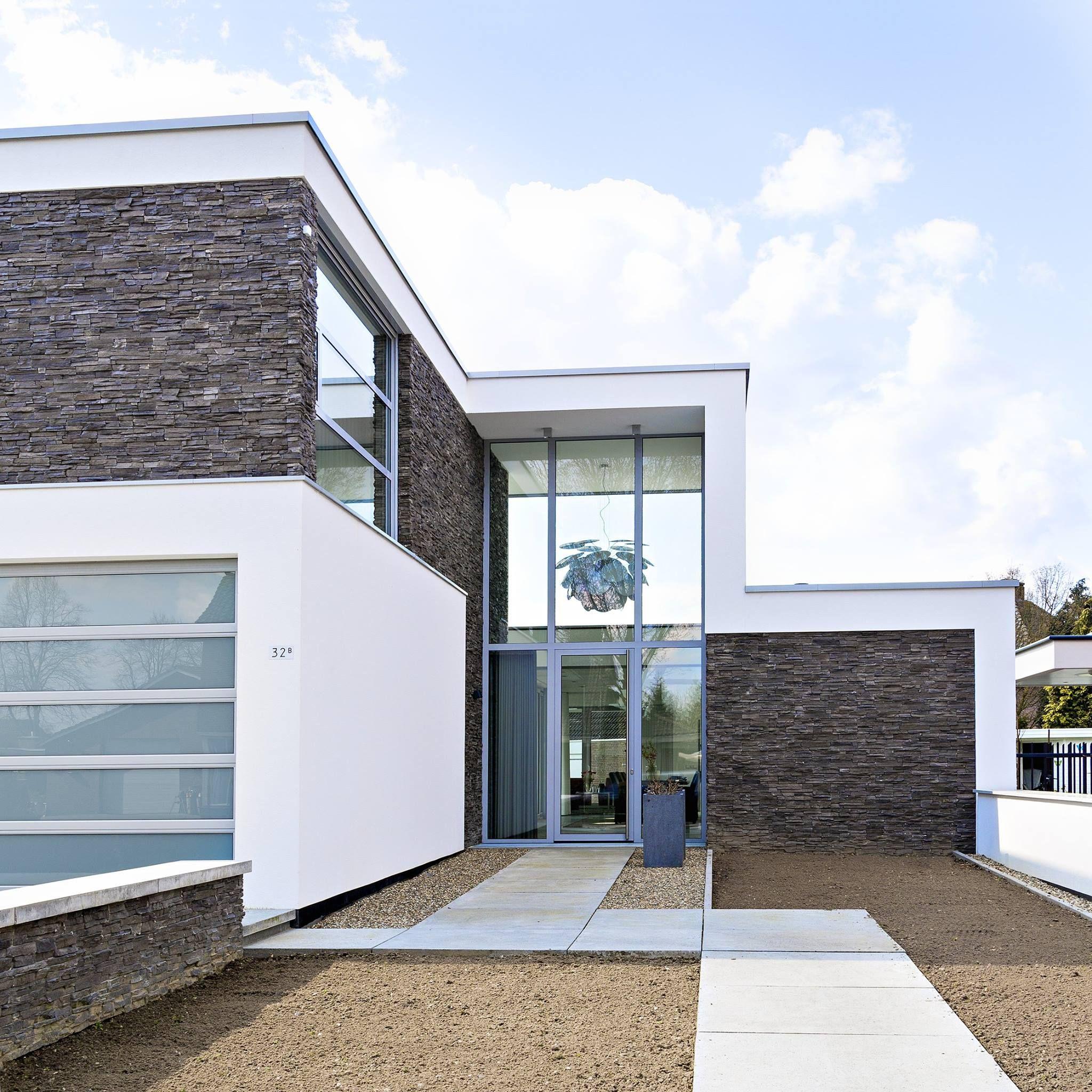 Dit mooie huis in Venray is voorzien van Strikotherm gevelisolatiesysteem COMFORT, met Strikotherm Spachtelpleister VARIOSTAR 1mm en als afwerking Strikolith Pearlcoat. Schitterend ontwerp van Lab32 architecten en prachtig aangebracht door Van Ballegooijen Afbouw BV!
