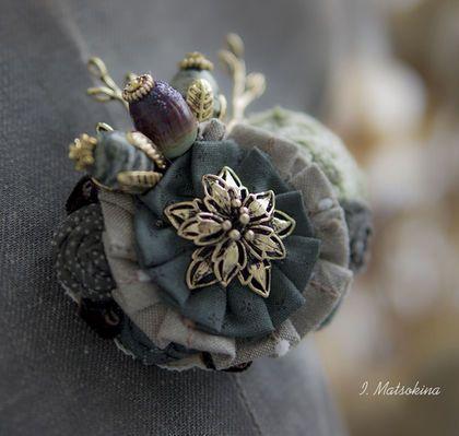 Купить или заказать Брошь Лесная колдунья в интернет-магазине на Ярмарке Мастеров. Брошь собрана из цветов, выполненных из японского хлопка. Дополняют композицию соцветия - вытянутые по форме бусины из натуральных камней горного хрусталя, бусина lampwork. Листья - фурнитура цвета состаренного золота и бархатные ленты. Украсит твидовый жакет, свитер крупной вязки или шарф - воротник. Послужит дополнительным цветовым акцентом. Сделано с любовью, а значит принесет удачу!
