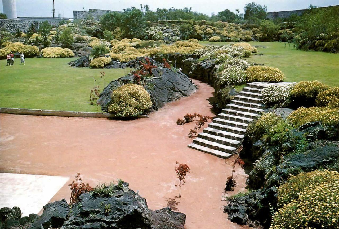 unavidamoderna:  Parque publico, Jardines del Pedregal, México DF 1952 Arq. Luis Barragán Foto: Juan Guzmán Public park, Gardens of Pedregal, Mexico City 1952
