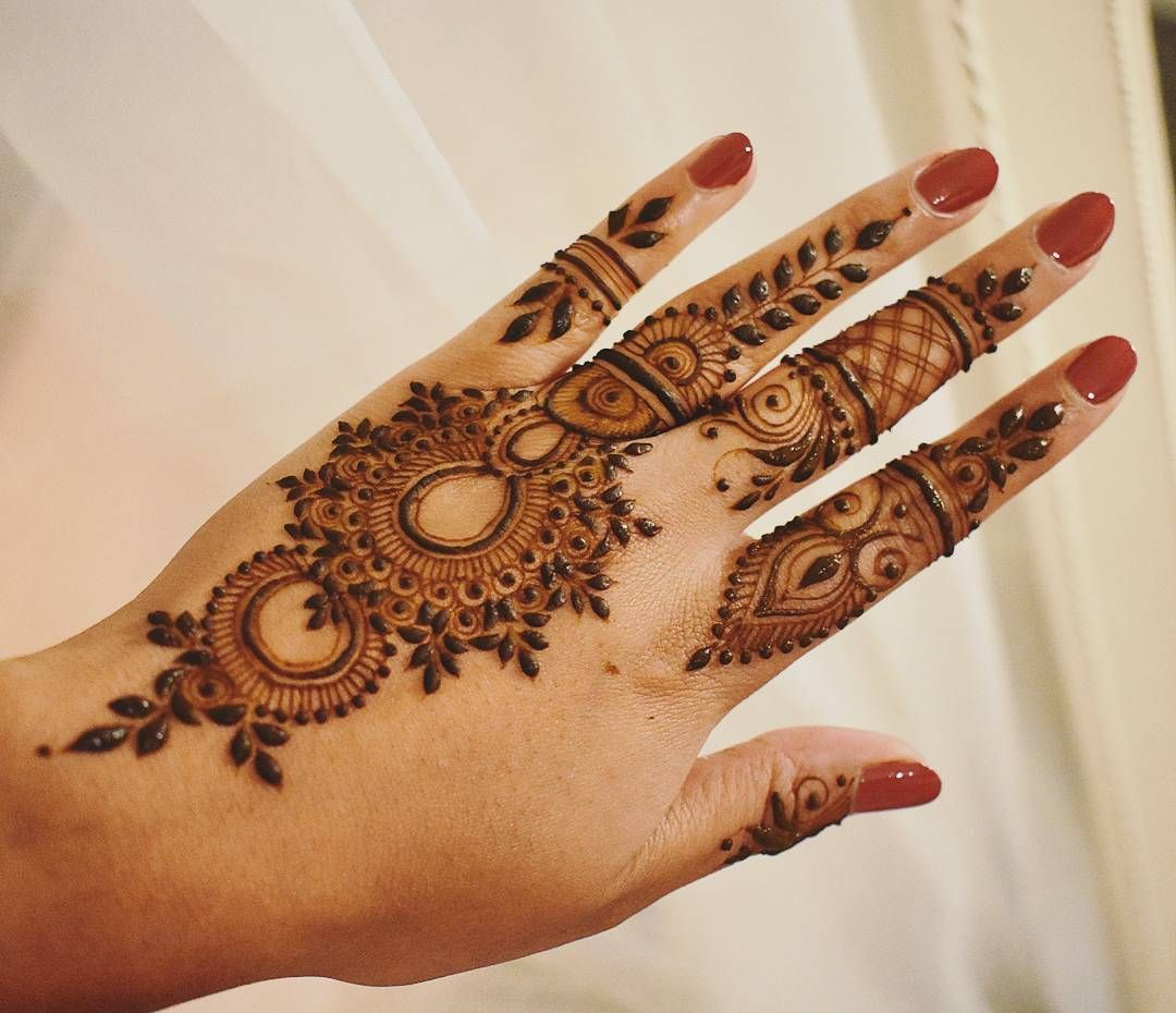 "Henna Art by Aroosa on Instagram: ""Shiny henna paste ? Design Inspired by  @henna_nurahshenna"" 