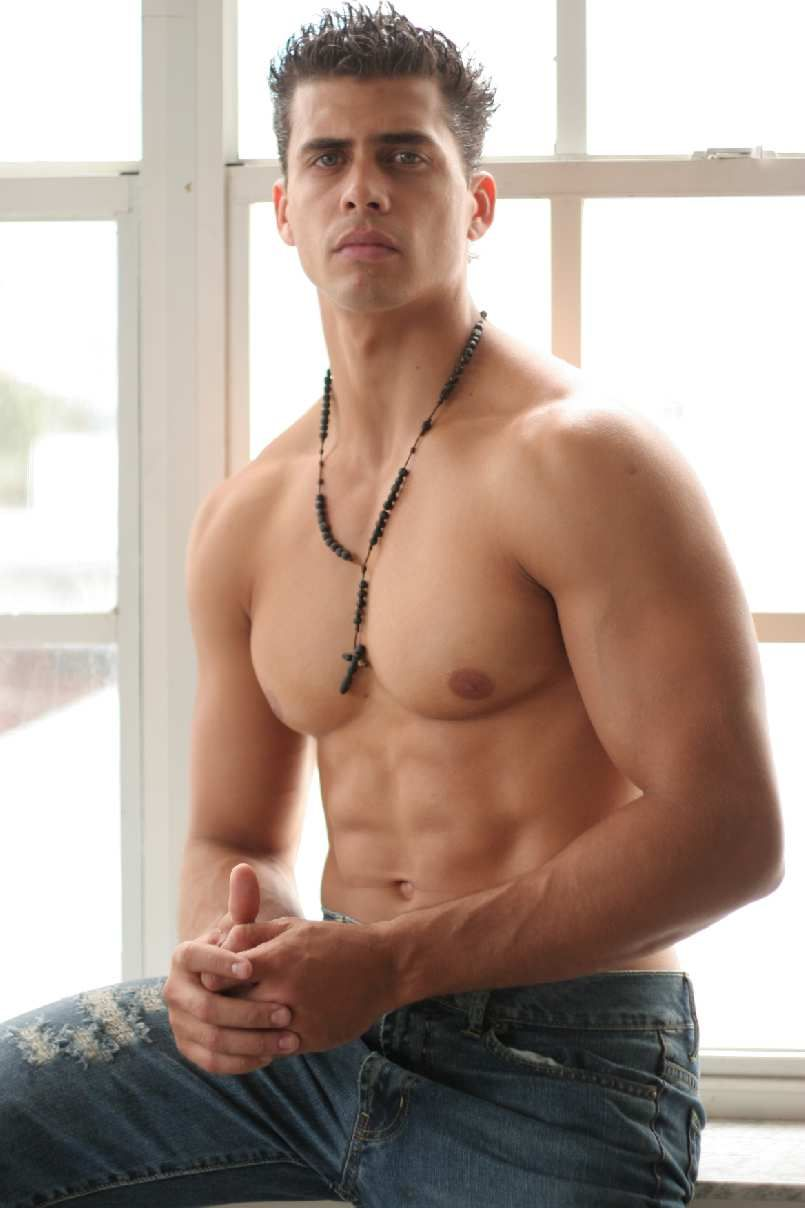 Modelo masculino desnudo latino