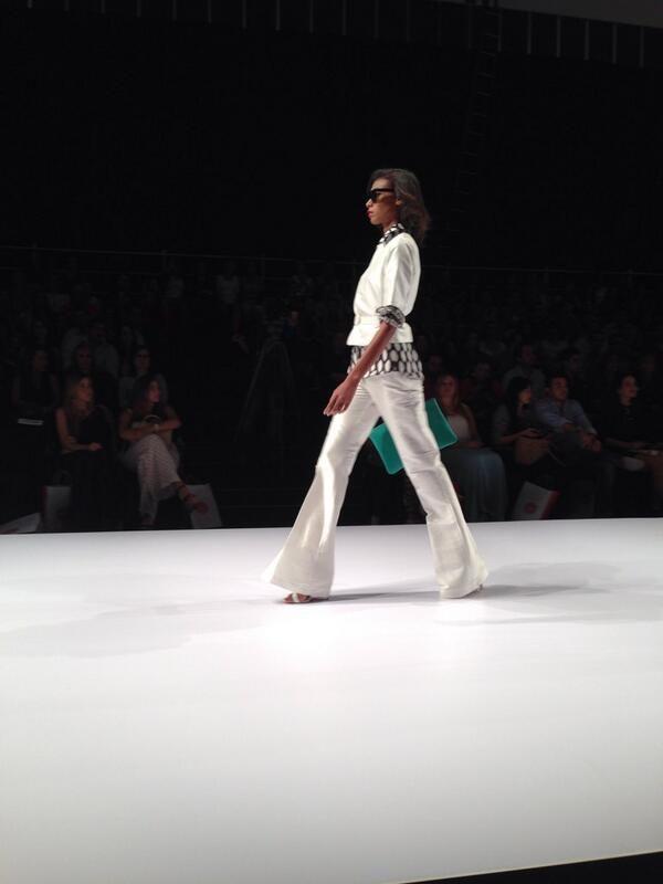 Los pantalones de bota campana en @Renata Lozano Márquez son su apuesta inspirada en los años 70.