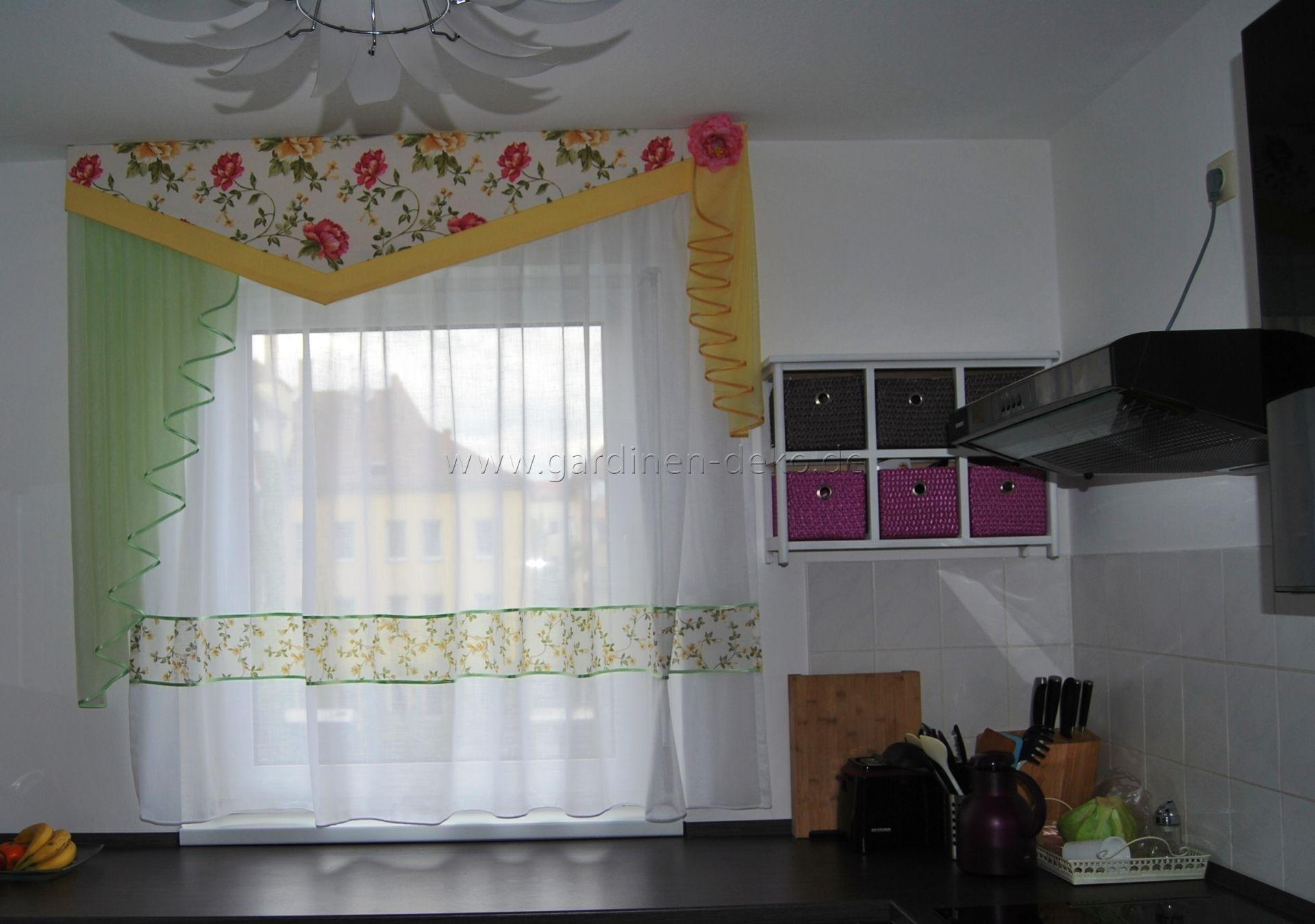 k chen vorhang mit sch ner blumenschabracke in gr n und gelb. Black Bedroom Furniture Sets. Home Design Ideas