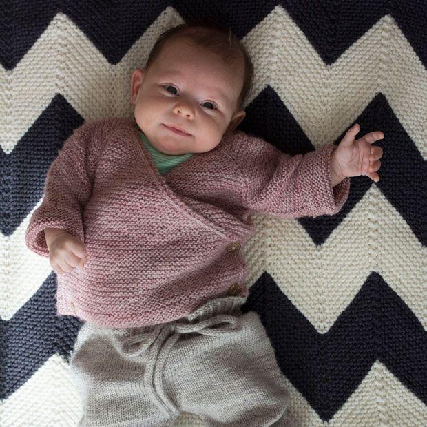 Photo of Stricken Sie eine kuschelige Wickeljacke für Babys