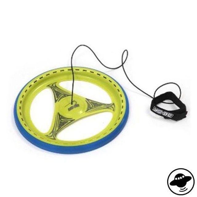der hingucker im park und auf dem spielplatz: das yobe kombiniert die beiden beliebten sportgeräte jojo und frisbee zu einem einzigen gerät. kinder und erwachsene können mit yobe ihre reaktionsgeschwindigkeit unter beweis stellen und spielerisch ihre motorik verbessern.