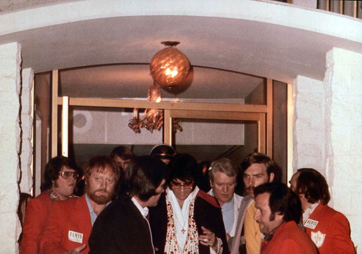 Elvis leaving his hotel in april 23 1973 for his Anaheim concert. We can see Joe at right on the picture.