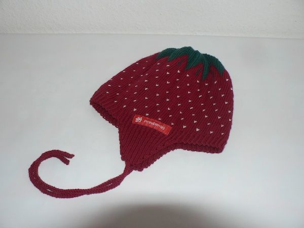 Erdbeermütze mit Ohrenklappen und gestrickten Bindebändern, 100 % Schurwolle.