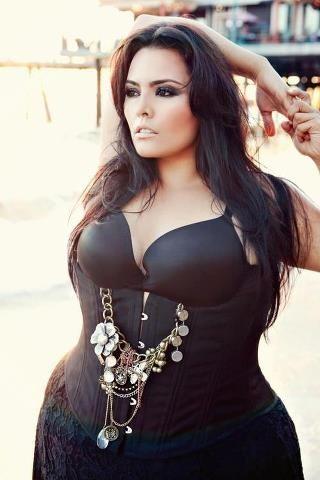 size models plus Latina