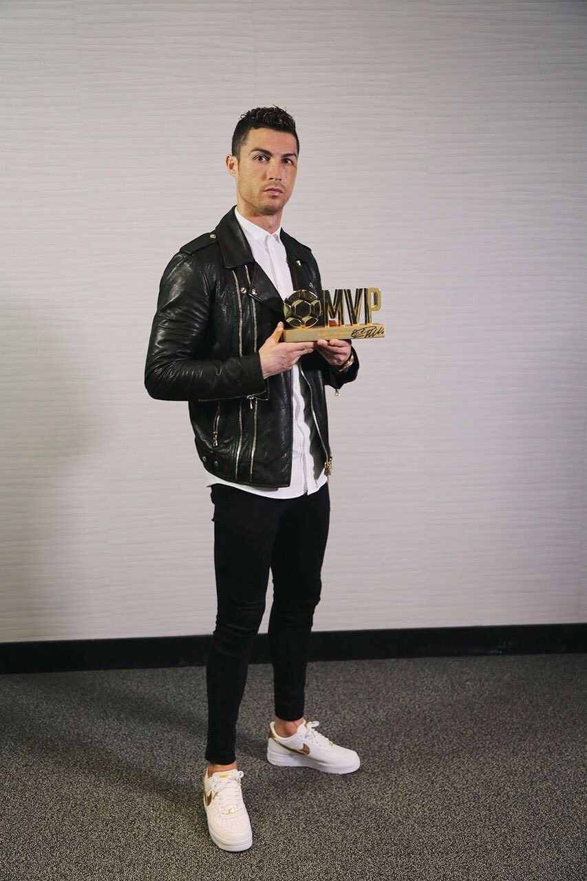 fc65d015edff Cristiano Ronaldo posando con el premio 懂球帝(All Football) 2017 best player  que le acaban de conceder los aficionados chinos.