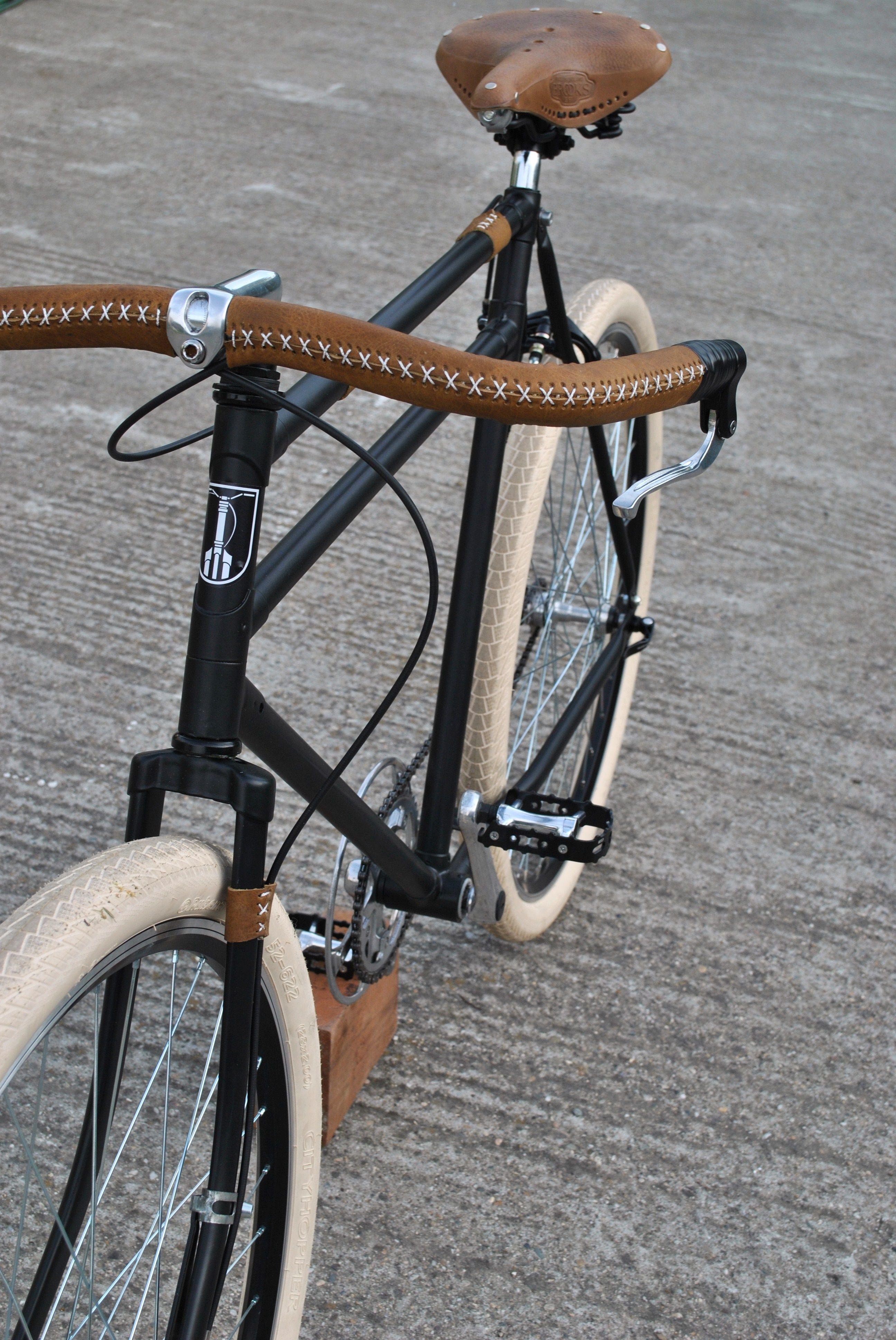 city bike leather details moto bikes retro fahrrad. Black Bedroom Furniture Sets. Home Design Ideas