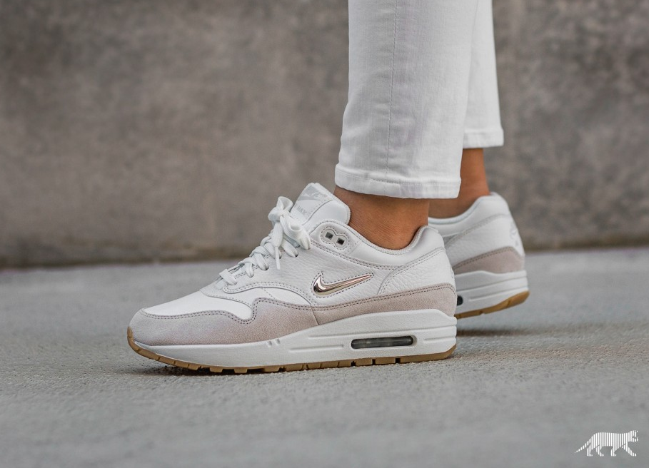 Nike Wmns Air Max 1 Premium SC (Summit White / Metallic Gold Star - Light  Bone)