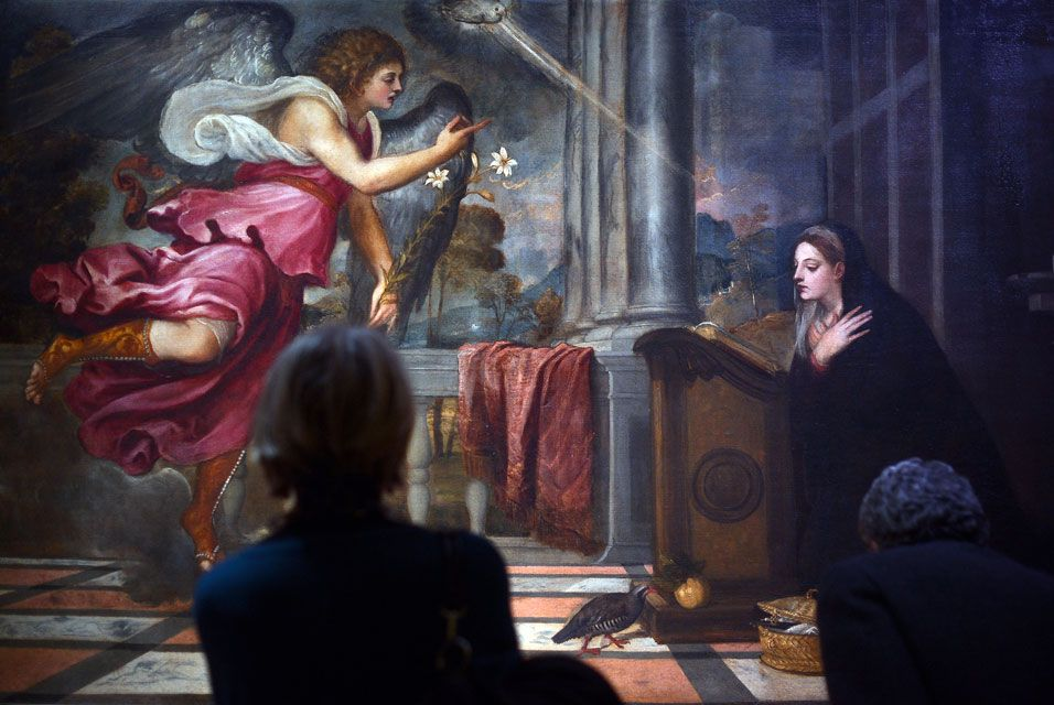 ROME.- Visitors look at a painting by Renaissance master Titian during a preview of the Tiziano (Titian) exhibition at the Scuderie del Quirinale on March 4, 2013 in Rome. The exhibition runs from March 5 to June 16, 2013. AFP PHOTO / GABRIEL BOUYS.