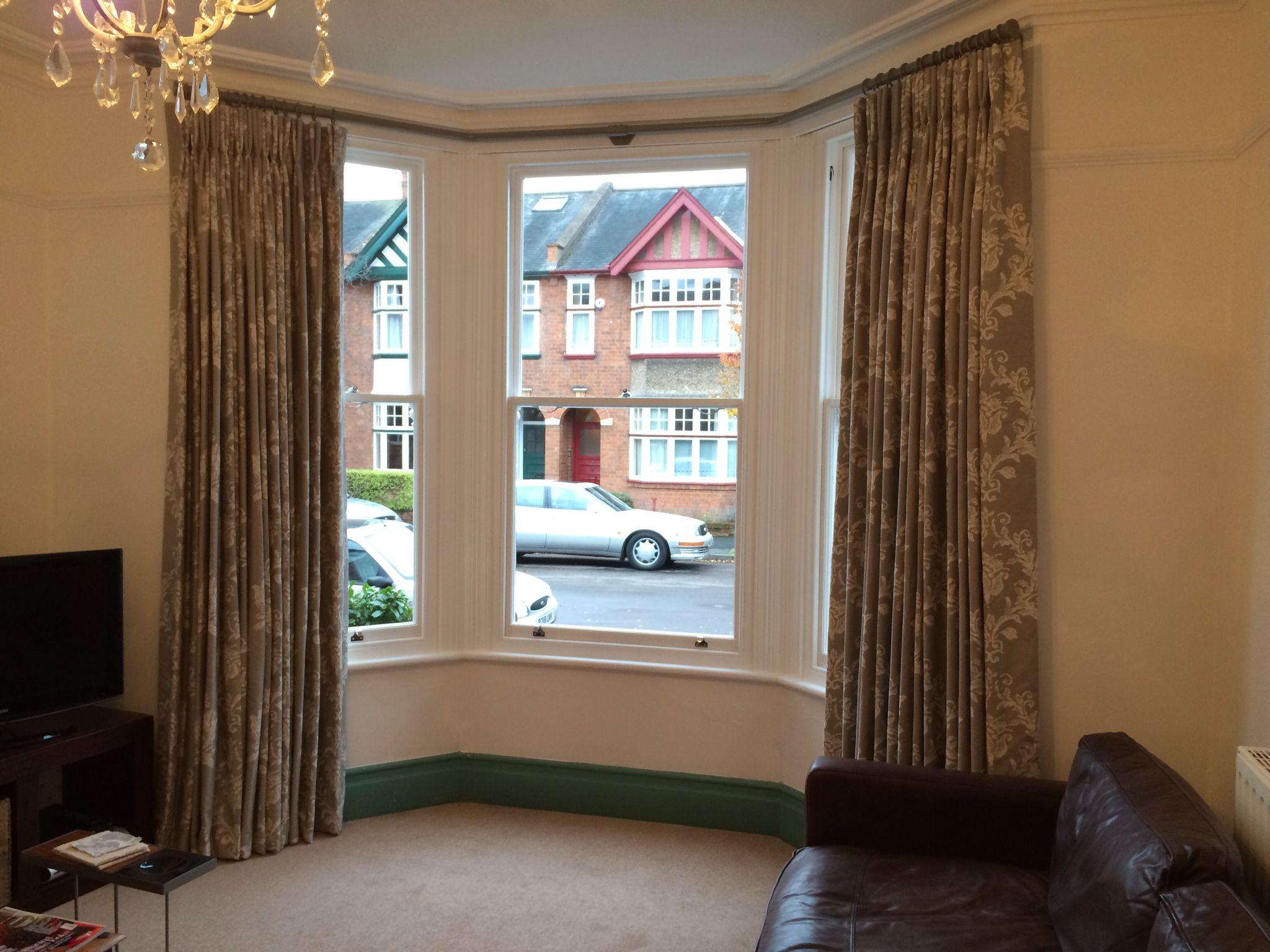 Metal curtain pole for a bay window no corner brackets or snagging