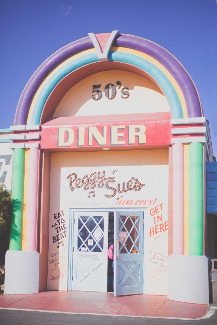 Joli diner en forme de juke-box pastel sur la route pour aller à Vegas