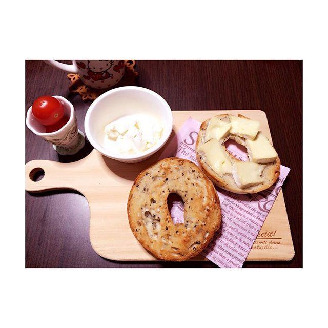 nya_waka#カッティングボード 、さっそく使ってみた♪ ごまの#ベーグル にカマンベールチーズとクリームチーズ付けて食べたよ♡♡ ベーグル半分に切るの難しい。切る作業が一番苦手。. #bagel#cook#cooking#food#eat#yam#love#follow#followme#l4l#tagsforlikes#instagood#instadiary#instalike#photooftheday#picoftheday#phot#lunch#料理#昼食#おうちごはん