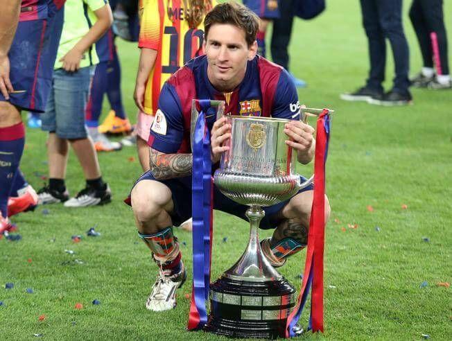 Messi posa junto al trofeo de la Copa del Rey