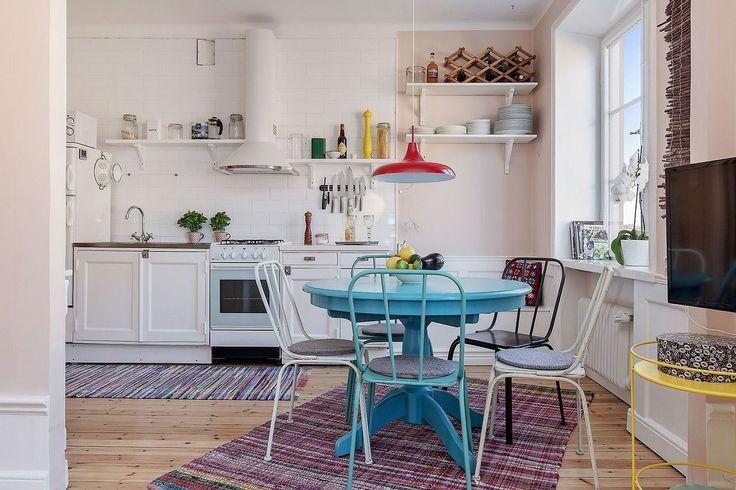 Zdjecie Niebieski Stol W Kuchni Okragly Stylowy Stol Na Jednej Nodze Biala Kuchnia Z Niebieskim Kitchen Inspirations Kitchen Restoration Scandinavian Kitchen