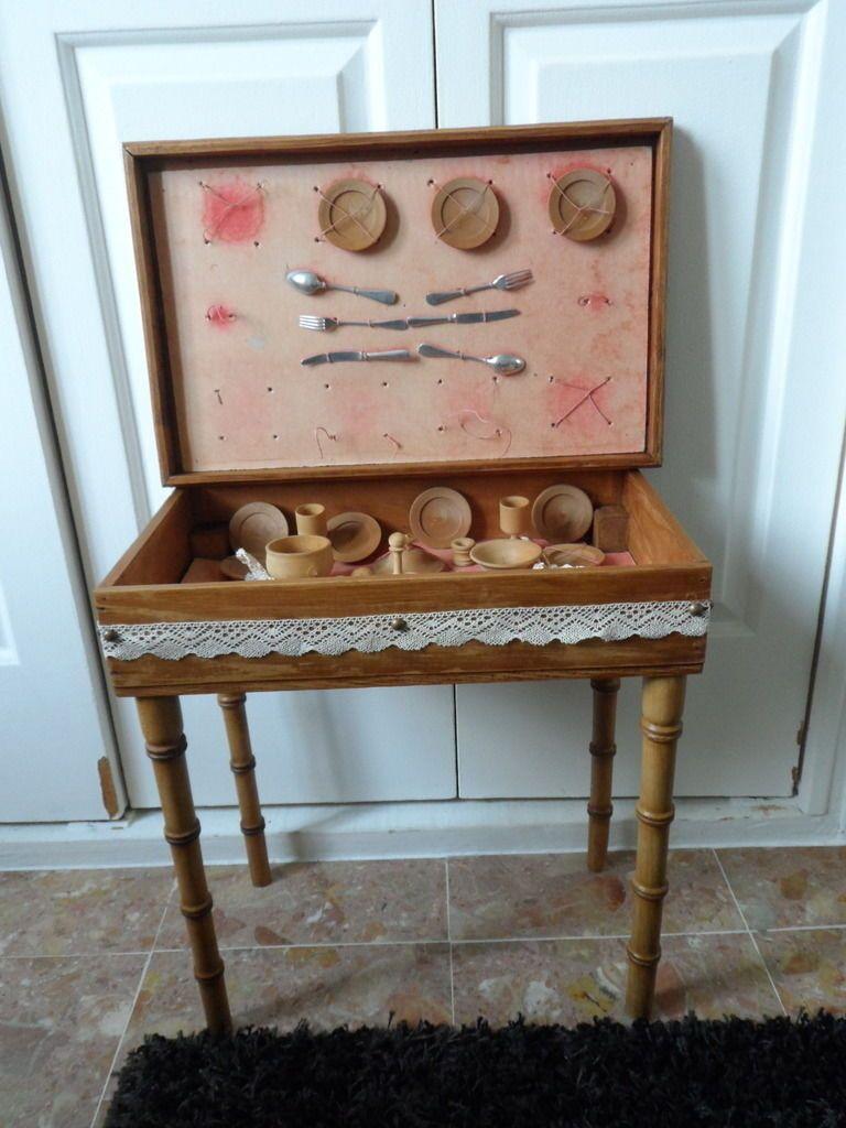 Ancienne dînette en bois tourné (26 éléments) et sa table d'origine 47 x 30 cm