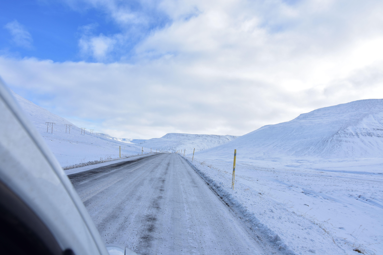 Carretera helada en Islandia. Unos buenos neumáticos son imprescindibles por estas carreteras.