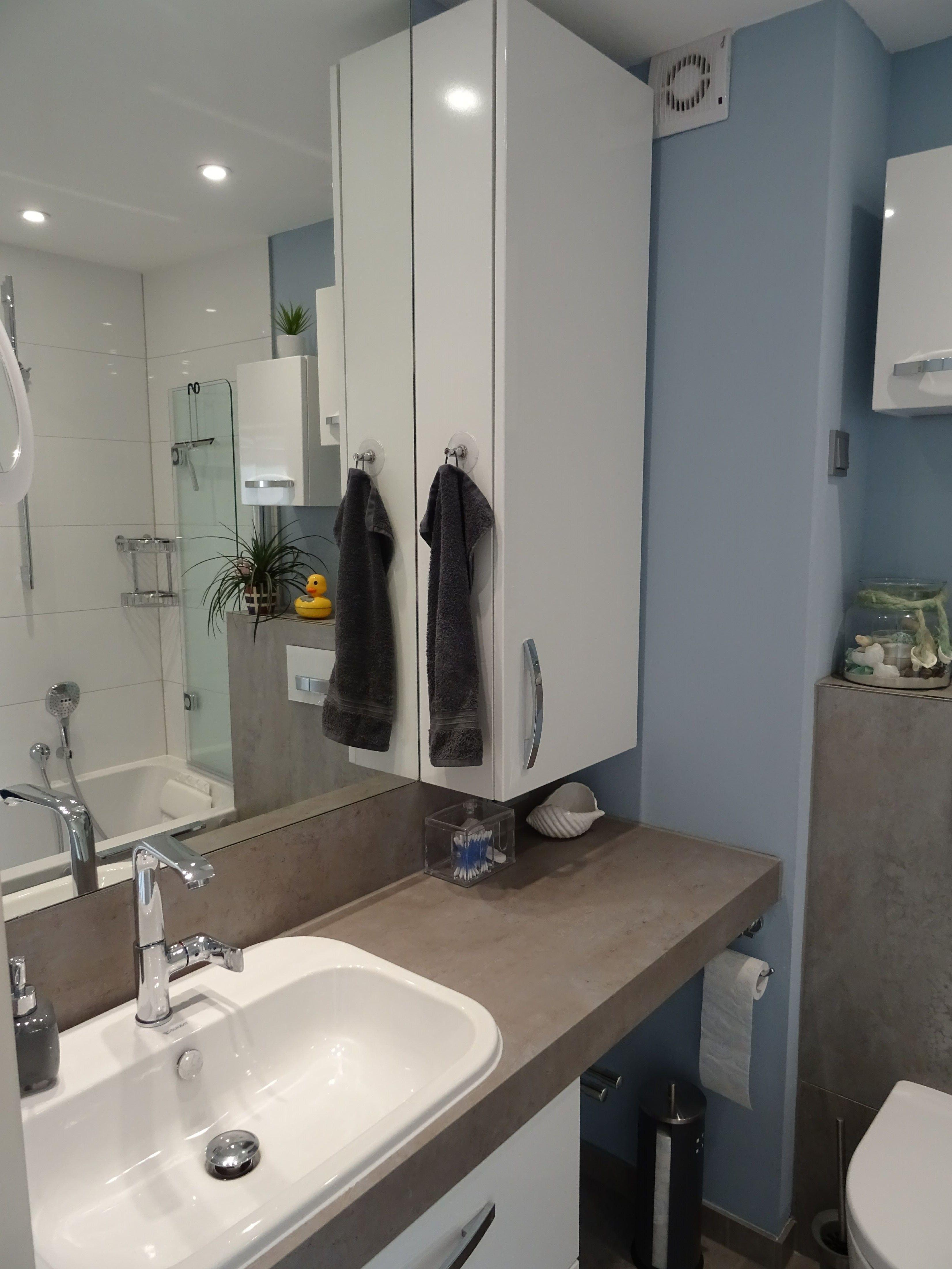 Kleines Trendiges Bad Waschtisch Badewanne Dusche Schranke Fliesen Kleinesbad Bad Gastebad Kinderbad Bad Waschtisch Badewanne Mit Dusche Waschtisch