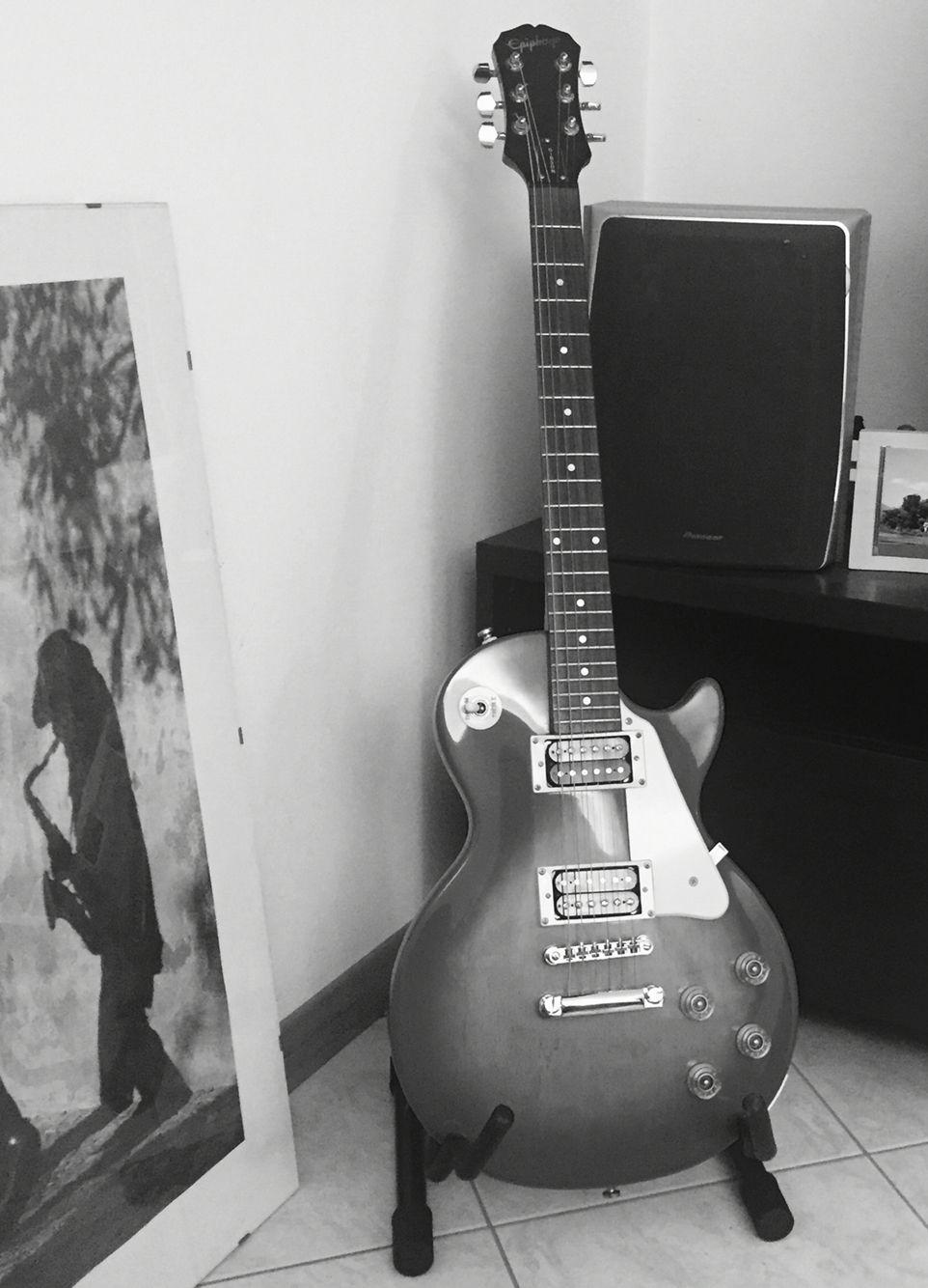La chitarra, comunica sempre, che venga suonata o che venga appoggiata da qualche parte dice sempre qualcosa sul proprietario, rileva una piccola parte della sua anima... Di ciò che è...