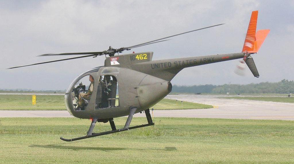 OH-6A - Este helicóptero leve podia pairar no topo das árvores.