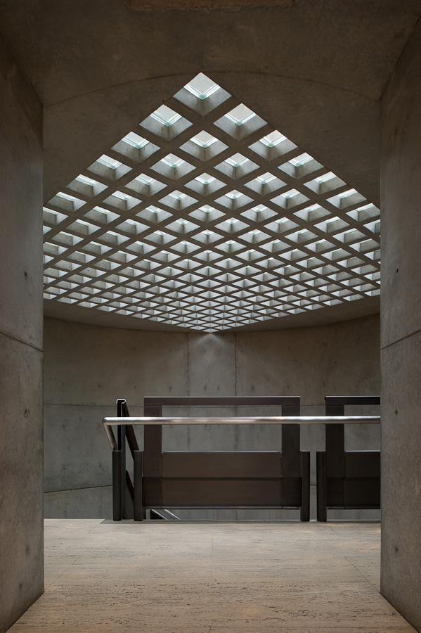 Yale Center For British Art Louis Kahn 耶魯大學英國藝術中心 1969 1974 圓柱形的樓梯間通道 屋頂是自然採光的方形玻璃鑲嵌天井 With Images