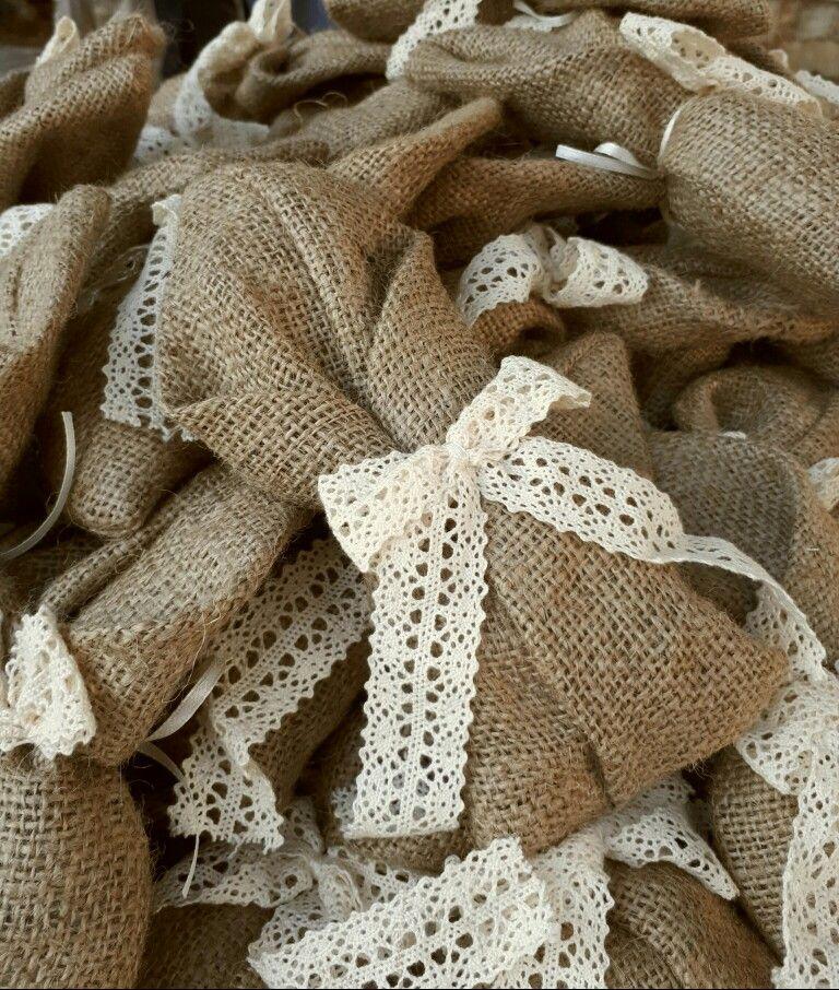Χειροποίητες μπομπονιέρες γάμου vintage από λινάτσα δεμένη με βαμβακερή δαντέλα