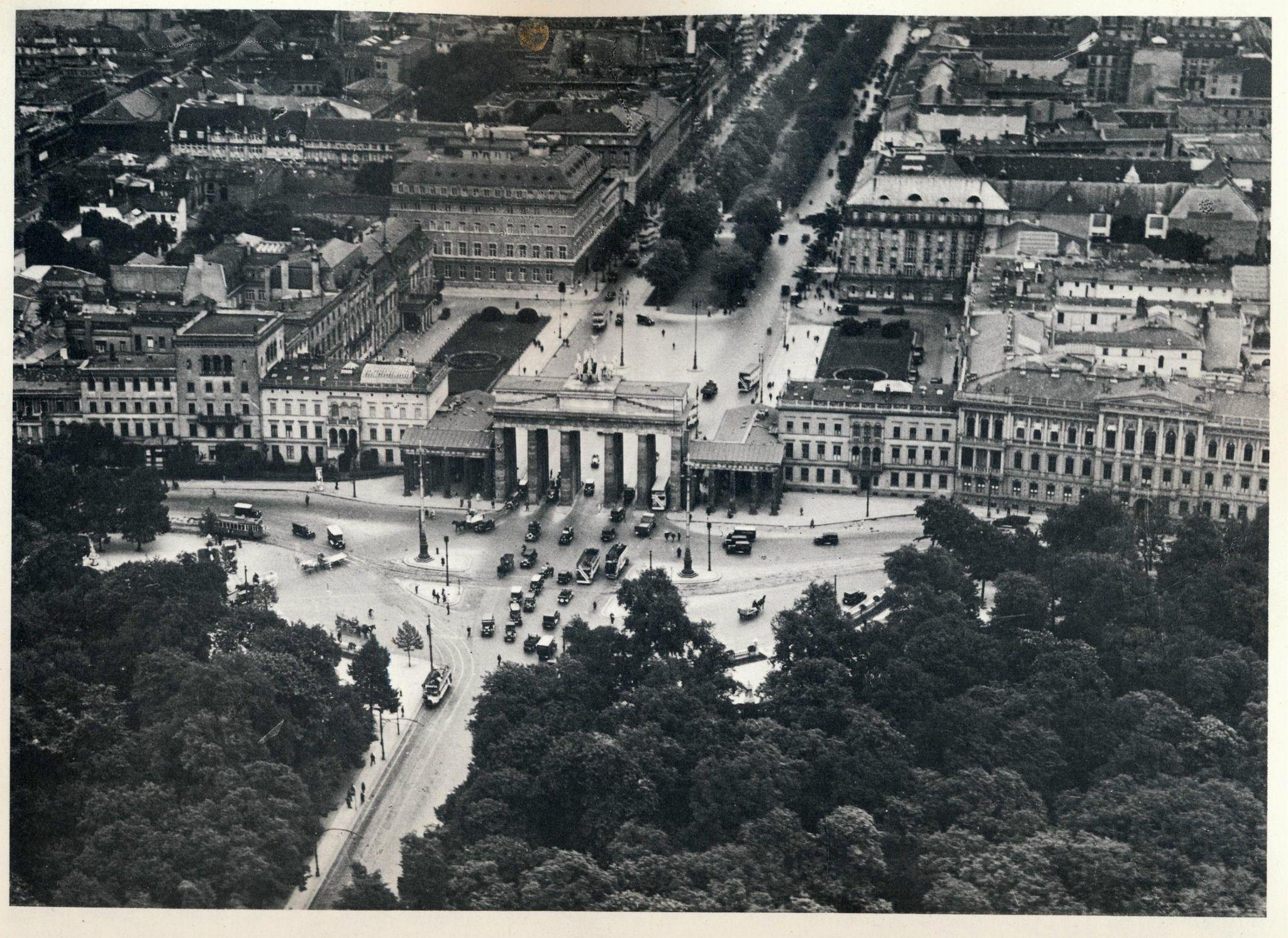 Historische Luftaufnahmen Berlin 1983 Brandenburger Tor 1928 Beautiful Places To Travel Berlin Germany Berlin