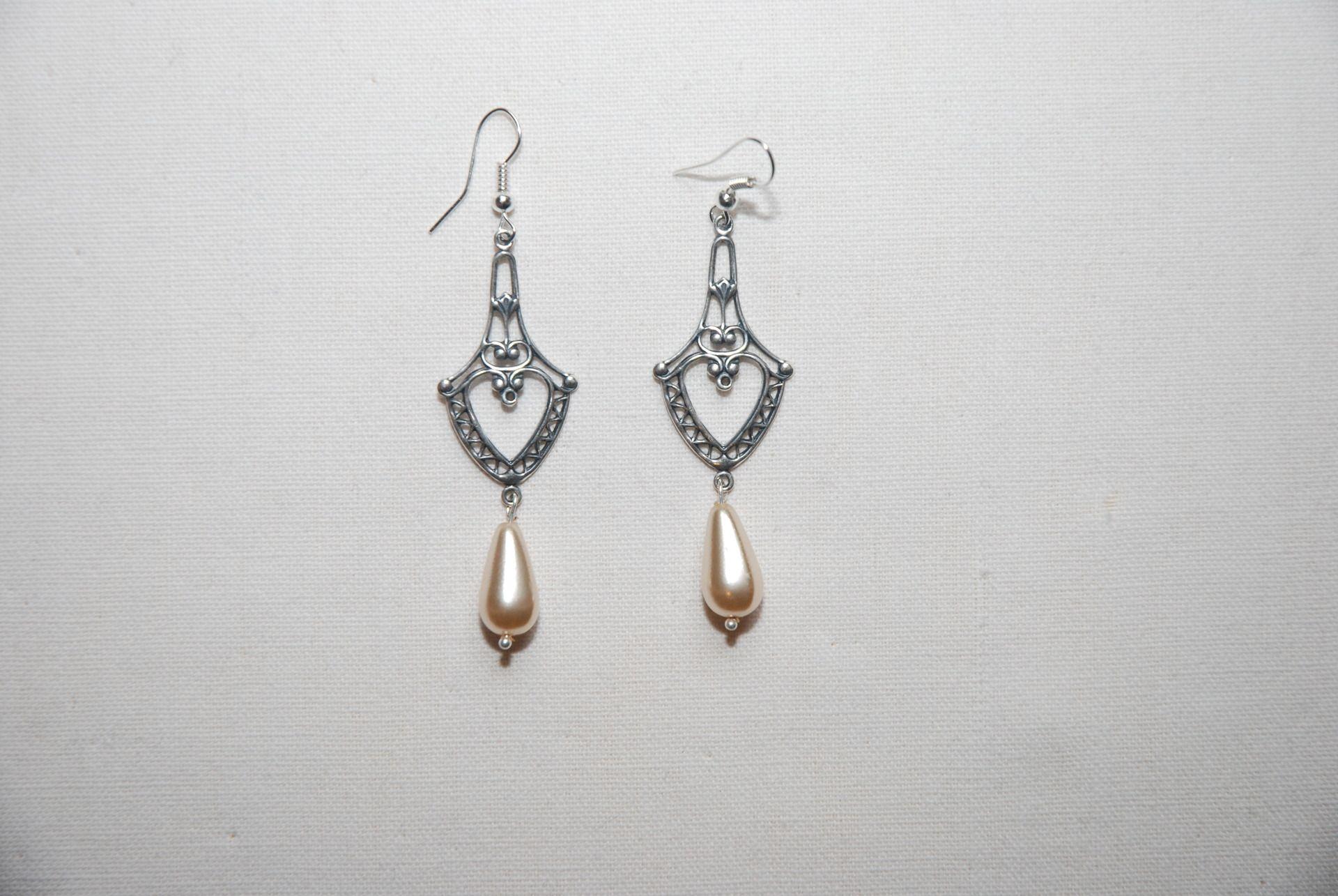 """Boucles d'oreille """"antiques"""" : estampes en métal argenté et perles goutte nacrées blanches attaches sans nickel : Boucles d'oreille par lericheattirail"""