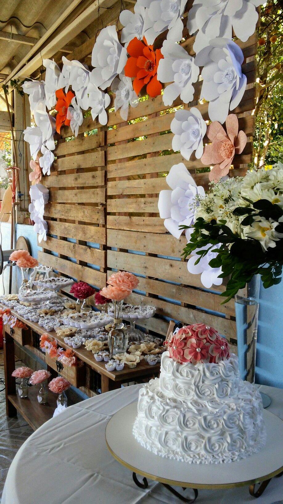 Decoraçao de noivado com paletes e flores de papel Decoracao Flores em 2019 Decoraç u00e3o de  -> Decoração De Flores De Papel Para Aniversario
