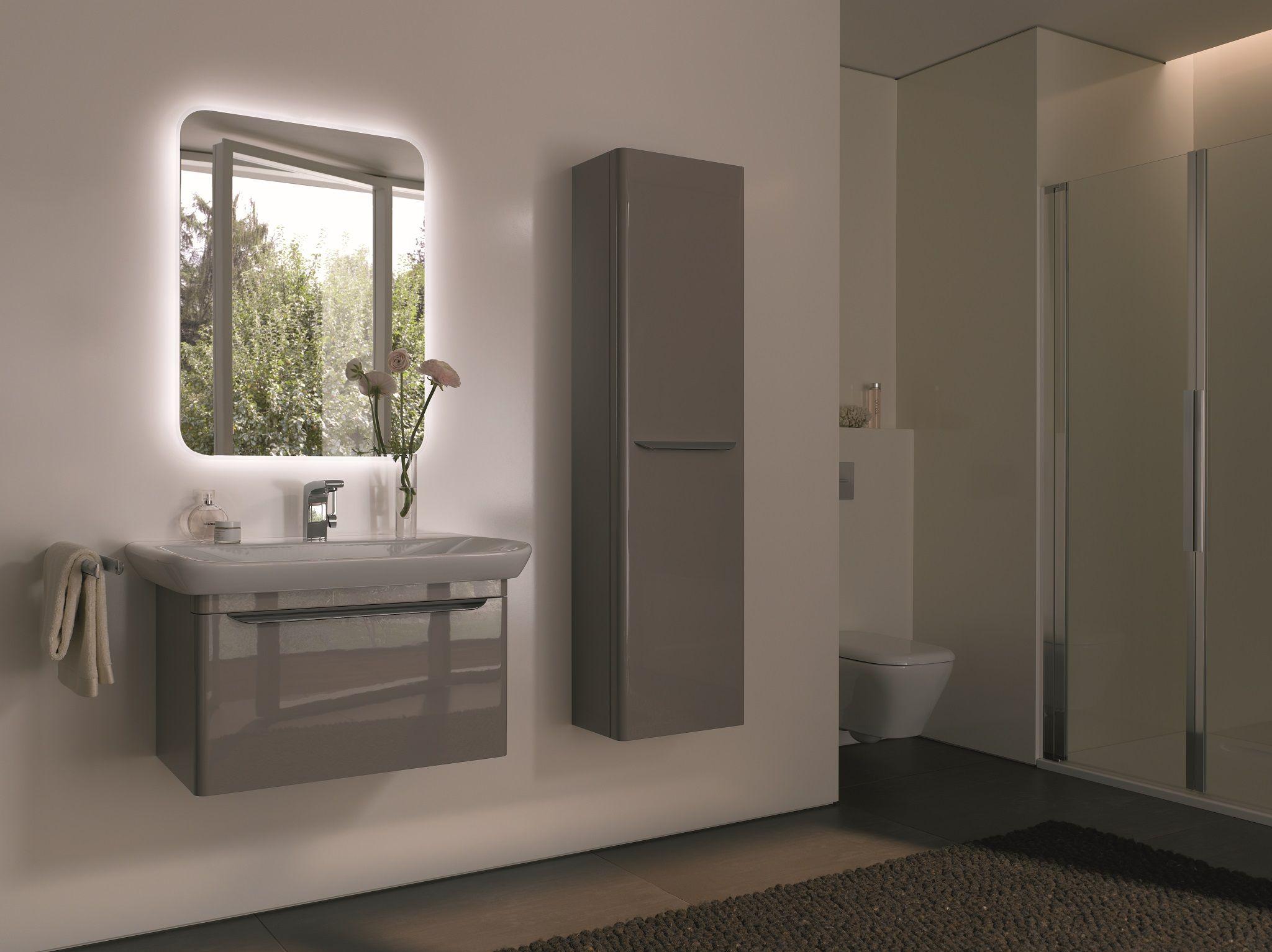 binatie van spiegel met led verlichting wastafel onderkast