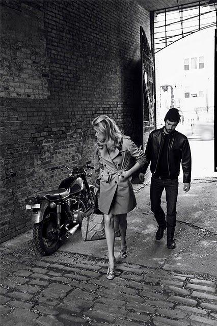 La Fille Regarde La Moto Lhomme Ces Talons The Girl