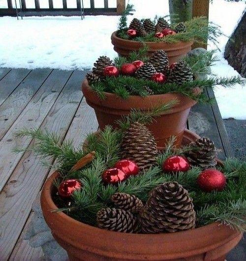 Weihnachtsdeko Hauseingang Zapfen Tannenzweige rote Weihnachtskugeln in Blumentöpfen #weihnachtsdekohauseingangaussen Weihnachtsdeko Hauseingang Zapfen Tannenzweige rote Weihnachtskugeln in Blumentöpfen #weihnachtsdekohauseingang