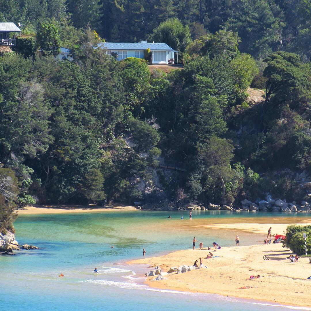 Exploring the top of the South in New Zealand.   Takaka & Golden Bay (brilliant)! . 'Fazer uma casinha no alto do morro é tudo que eu pedi pra jah..'! Mais uma para coleção de lugares imperdíveis de conhecer na Terra dos Kiwis. Takaka é tão no alto do morro que tive que pegar carona na estrada para chegar nessa praia maravilhosa (a minha van no estilo anos 60 não subia até lá hehe). #newzealand #nomadiccarol #carolprates