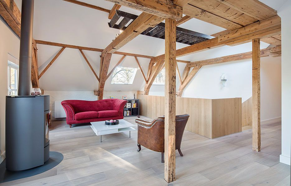 Ein Edles Wohnzimmer In Einem Ehemaligen Pferdestall. Der Erste Stock Wurde  Renoviert, Um Die