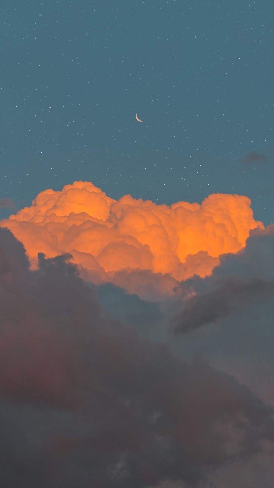 Crescent Moon In The Cloudy Sky Gambar Awan Foto Abstrak