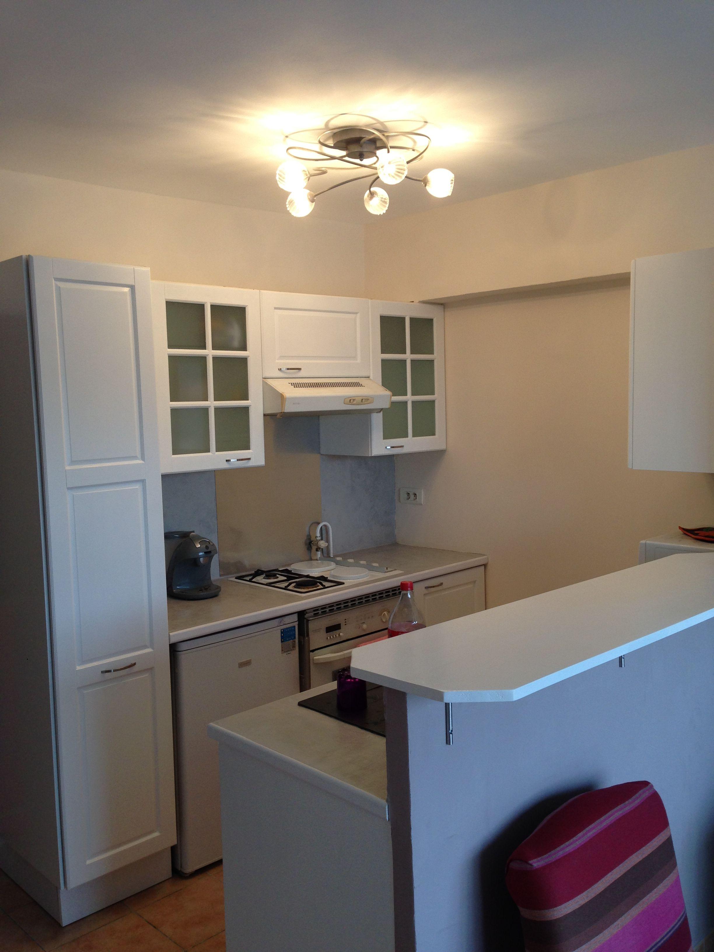 Renovation dd\'une partie cuisine peinte en blanc pour donner de la ...