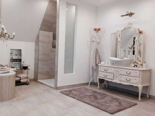 Traum-Badezimmer wie im Film mit einer romantischen Spiegel ...