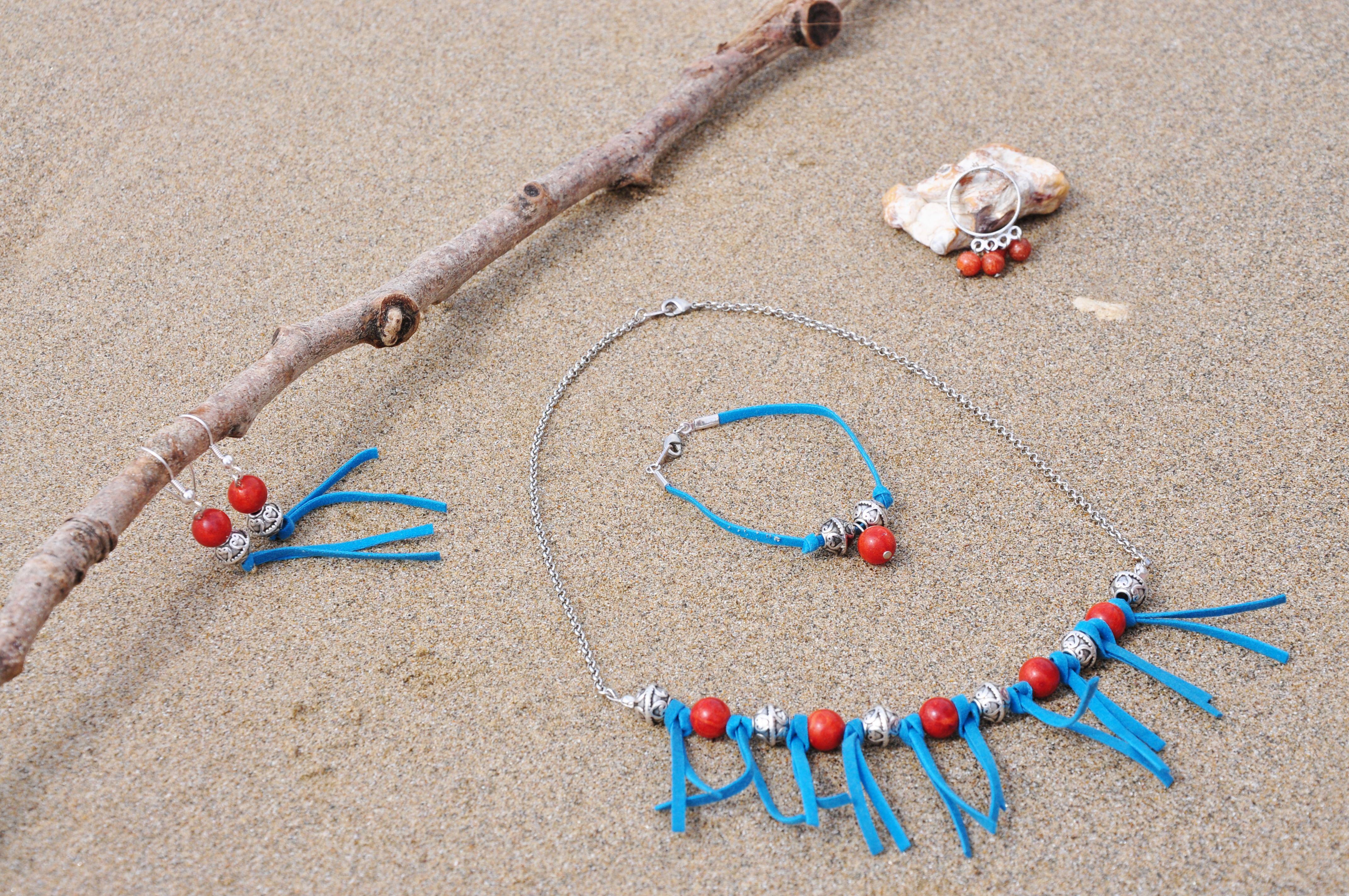 Parure Ardente : bracelet, boucles d'oreille, collier et bague en perles de cornaline et suédine turquoise.  Visitez et commandez d'autres bijoux sur www.lauriekcreations.fr