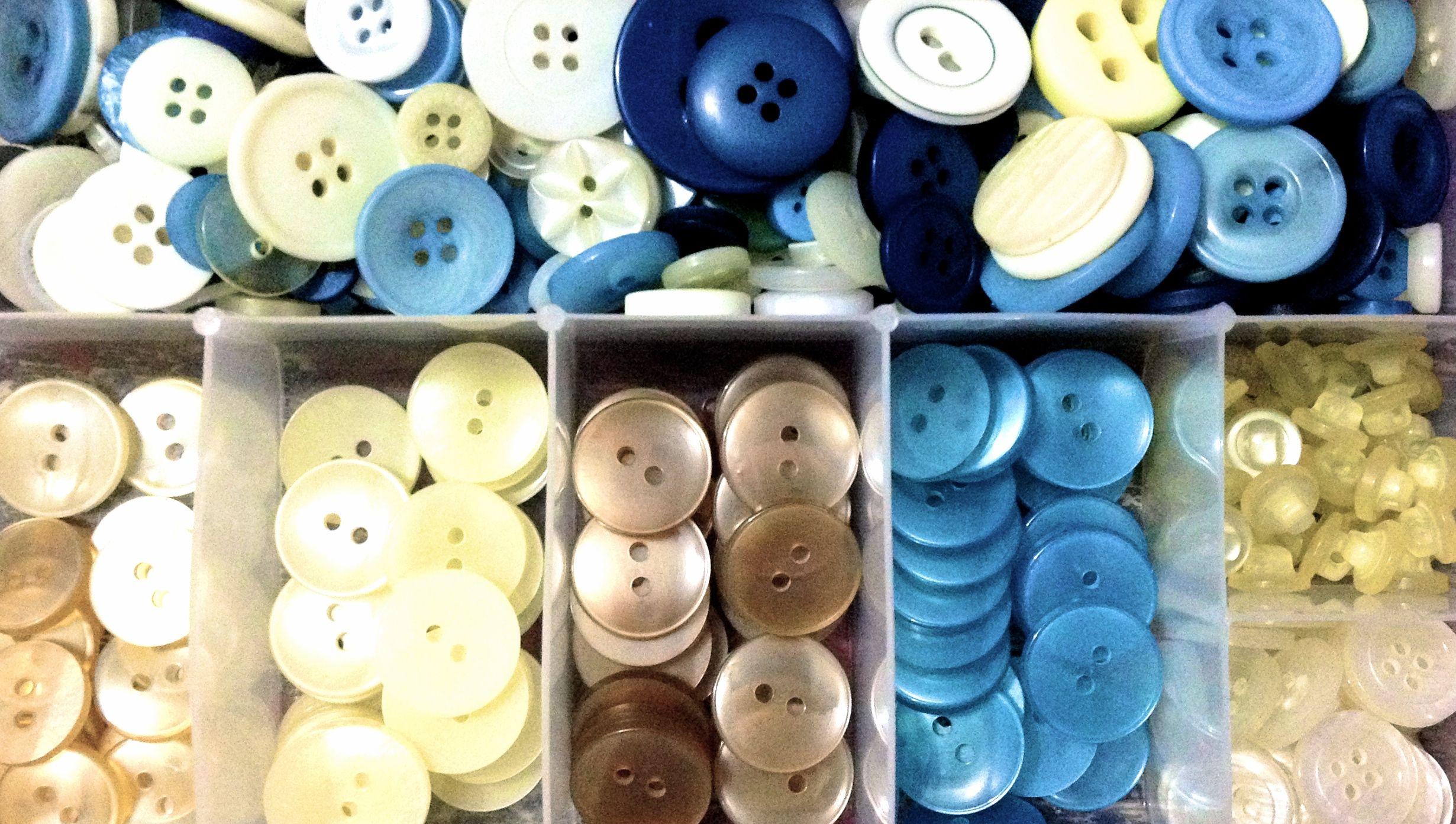 Organizar minhas caixinhas de botões, minha terapia. To organize my buttons' boxes, my therapy.