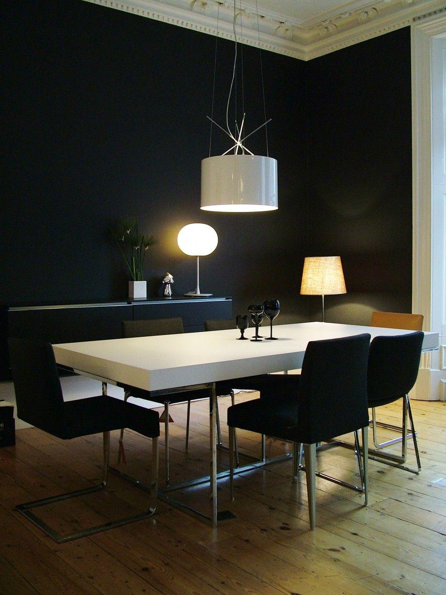 Intérieur design avec une table blanche et des chaises noires ...