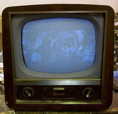 """Telewizor angielskiej produkcji """"Pye Continental CTM17S"""". Takie telewizory pojawiły się w Polsce w sześćdziesiątych latach. Różniły się od tego, że zamiast napisu """"Continental"""" na przednich drzwiczkach miały logo """"PYE""""."""