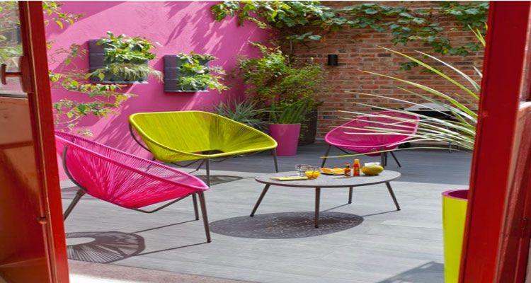 Chaises et table de jardin aux couleurs vives pour un été tendance ...